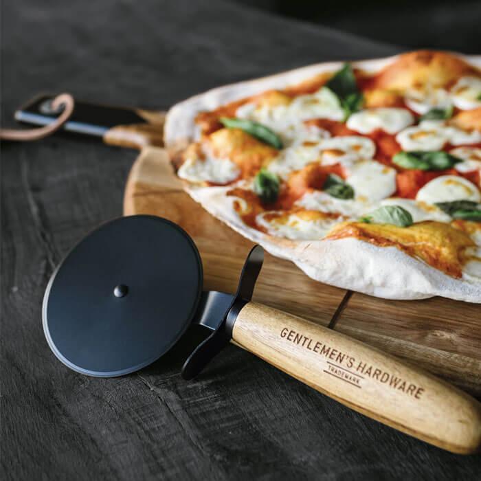 Pizza-Schneider und Brett