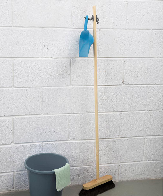 Mr.Brooman-Dustpan Hanger