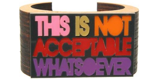 Armreif aus Holz «Nicht akzeptabel»