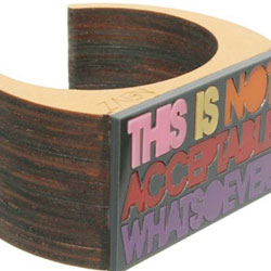 "Bracciale con scritta ""THIS IS NOT ACCEPTABLE WHATSOEVER"""